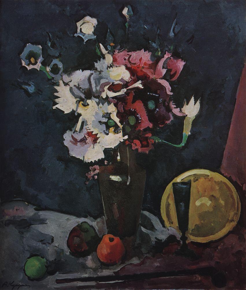 Белые и розовые искусственные цветы на черном фоне, с желтой миской и синим бокалом — Куприн Александр Васильевич