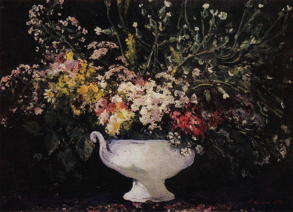Букет полевых цветов в белой вазе на черном фоне — Куприн Александр Васильевич